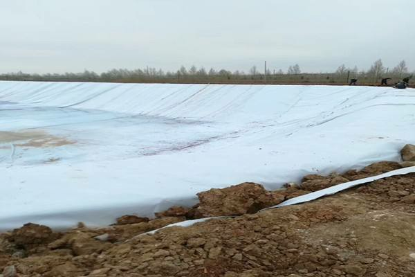 复合土工膜所具备的哪些优势是普通土工布没有的